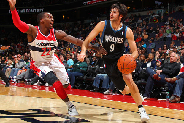 Ricky Rubio supera en el bote a Shelvin Mack, de los Wizards./ Getty