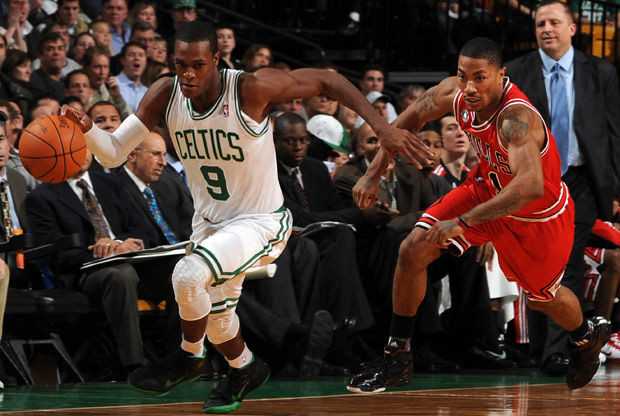 Derrick Rose persigue a Rajon Rondo./ Getty