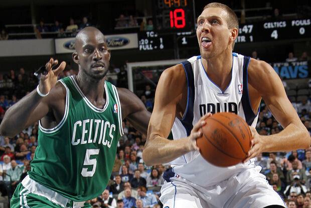 Dirk Nowitzki y Kevin Garnett./ Getty Images