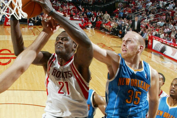 Samuel Dalembert y Chris Kaman./ Getty Images