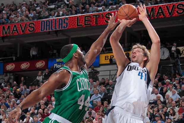 Dirk Nowitzki y Chris Wilcox./ Getty Images