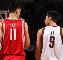 Yao Ming y Yi Jianlian./ Getty Images