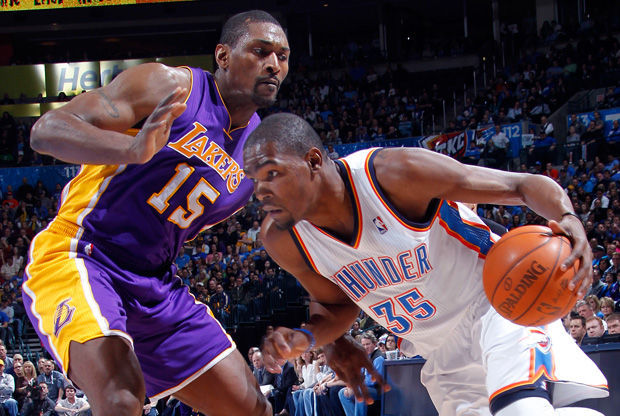 Kevin Durant supera en el dribling la defensa de Metta World Peace./ Getty