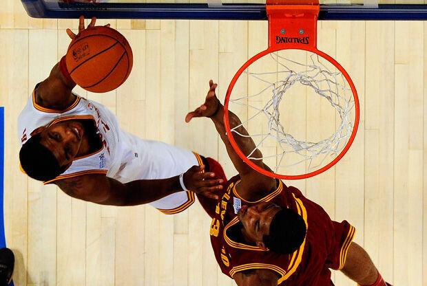 Irving, MVP del partido, ejecuta una bandeja ante Tristan Thompson./Getty
