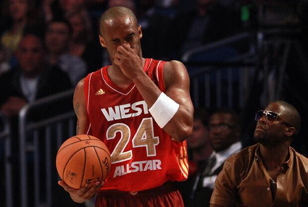Kobe Bryant se lleva la mano a la nariz tras el golpe de Dwyane Wade./ Getty