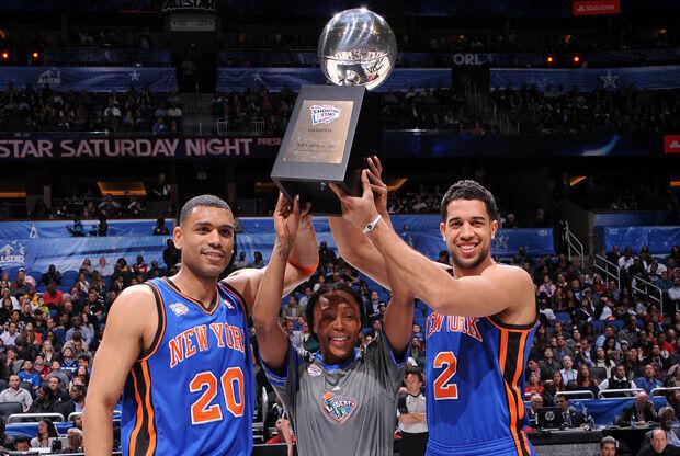 Allan Houston, Cappie Pondexter y Landry Fields, de New York, con el trofeo de campeones