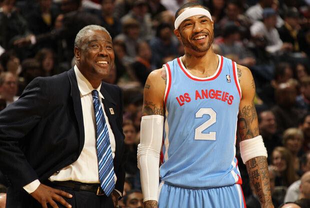 Paul Silas, entrenador de Charlotte-Bobcats, charla con Kenyon Martin, de los Clippers./ Getty