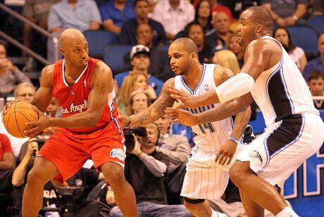 Billups dirigiendo el ataque de los Clippers momentos antes de la lesión ante Orlando./ Getty