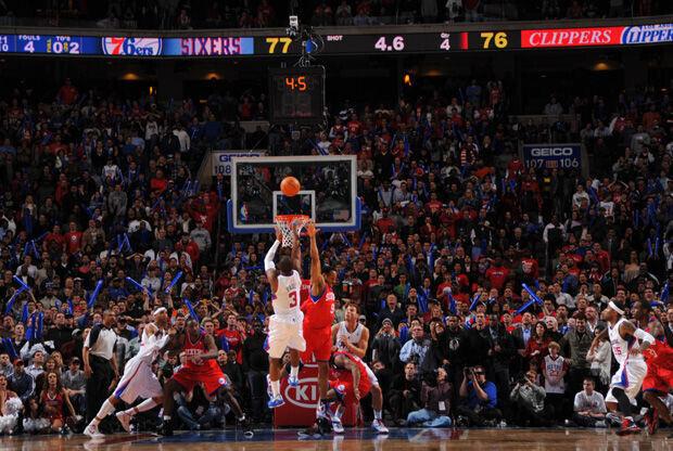 Chris Paul 'ejecuta' con este lanzamiento a los 76ers./ Getty