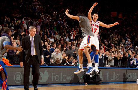 Antoni, técnico de los Knicks, mira el salto de alegría de Landry Fields y Jeremy Lin./ Getty