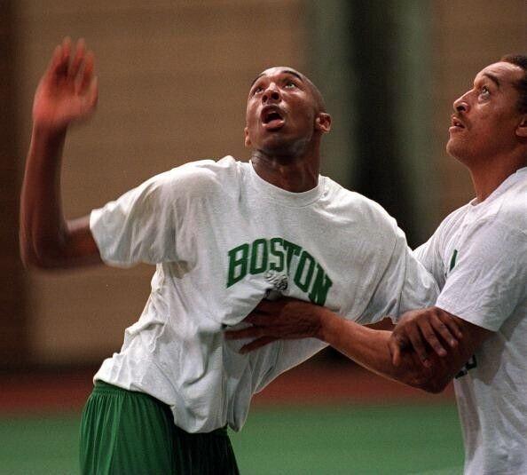 Kobe Bryant en las instalaciones de los Boston Celtics junto a Dennis Johnson./ Getty Images