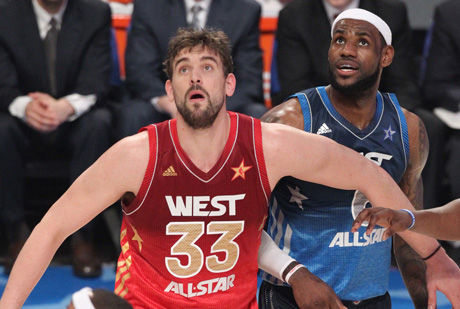 Marc Gasol cierra el rebote a LeBron James./ Getty