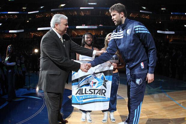 Chris Wallace, general manager y vicepresidente de los Grizllies, entrega a Marc Gasol un recuerdo por su nombramiento como suplente del All Star 2012./ Getty