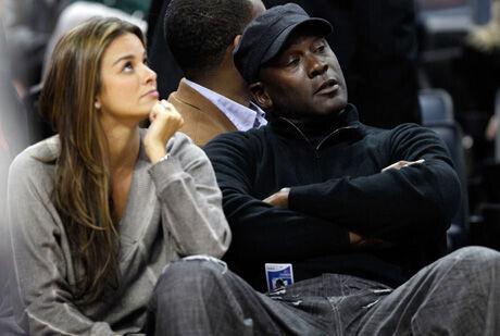 Michael Jordan, dueño de los Bobcats, con su prometida Yvette Prieto