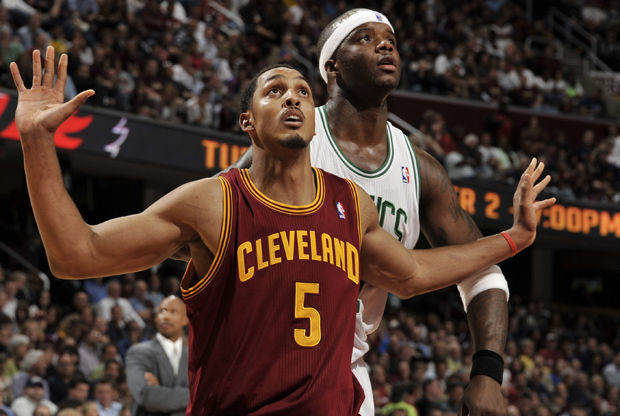 Ryan Hollins y Jermaine O'Neal./ Getty Images