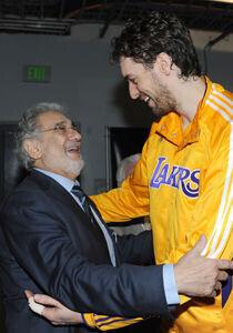 Plácido Domingo y Pau Gasol./ Getty Images