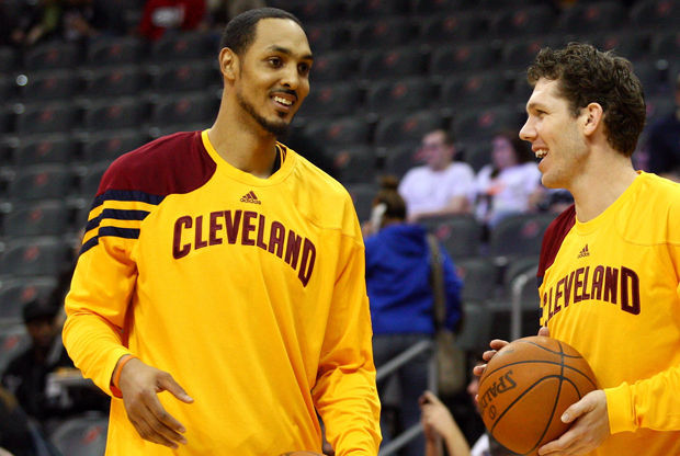 Ryan Hollins y Luke Walton./ Getty Images