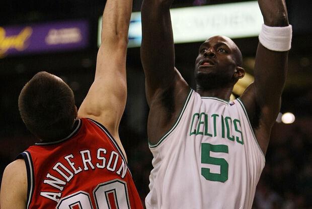 Ryan Anderson y Kevin Garnett./ Getty Images