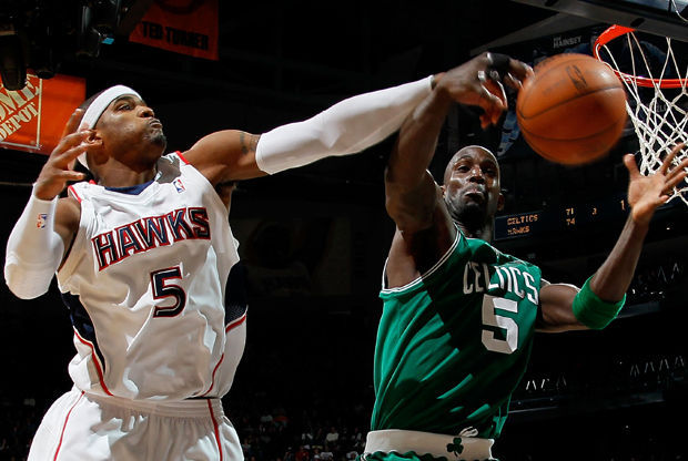 Kevin Garnett y Josh Smith./ Getty Images