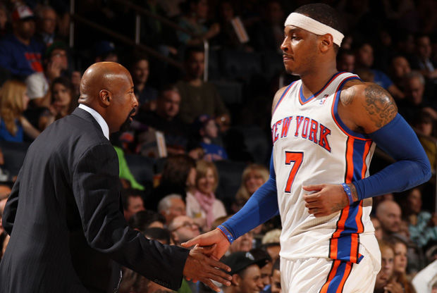 Mike Woodson, entrenador de los Knicks, felicita a Carmelo Anthony./ Getty