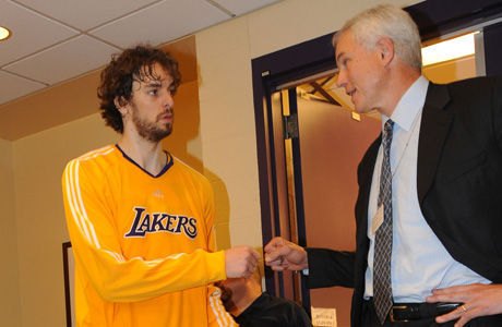 Pau Gasol y Mitch Kupchak./ Getty