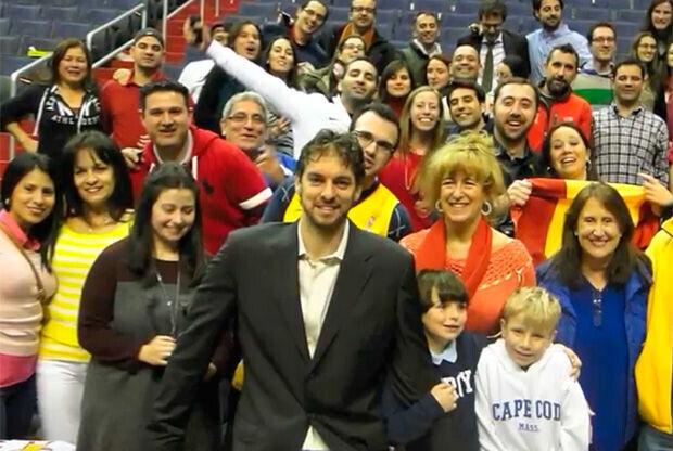 Pau Gasol con los aficionados españoles que acudieron al Wizards-Lakers.