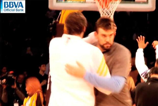 Pau y Marc se abrazan antes del partido entre los Lakers y los Grizzlies