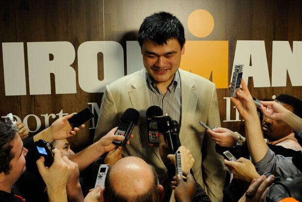 Yao Ming atiende a la prensa en su regreso a Houston./ Getty