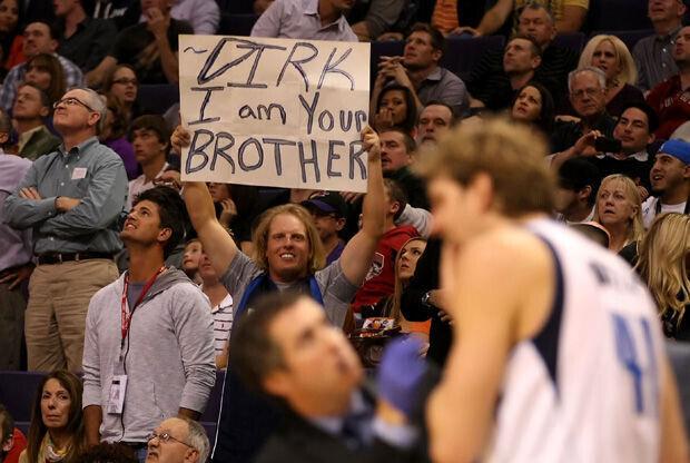 Un aficionado exhibe una pancarta dirigida a Dirk Nowitzki./ Getty