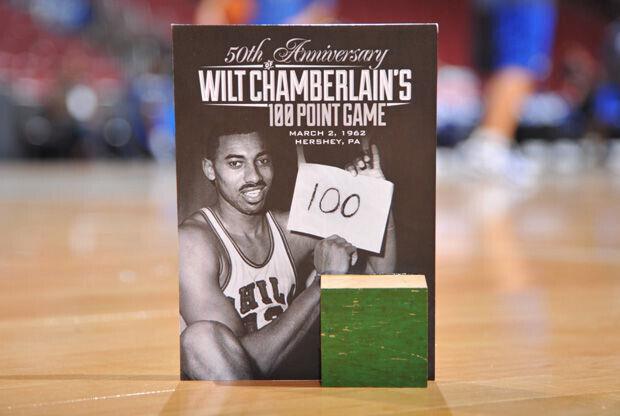 Regalo de los 76ers a sus aficionados a los 50 años del récord de Chamberlain./ Getty