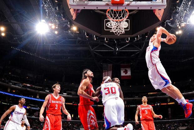 Blake Griffin vuela para ejecutar un mate en el aro de los Rockets./ Getty