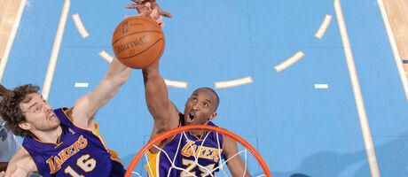 Kobe y Pau luchan por un rebote./ Getty