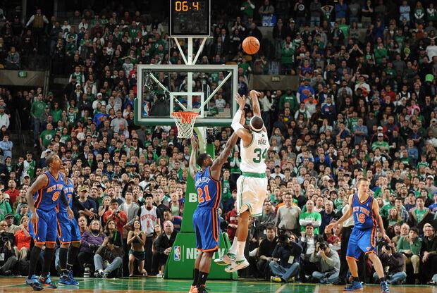 Paul Pierce ejecuta el triple que forzó la prórroga ante los Knicks./ Getty