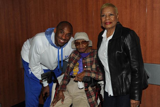 Kobe Bryant y Alleen Wynn (105 años)./ Getty Images