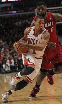Derrick Rose y LeBron James./ Getty Images