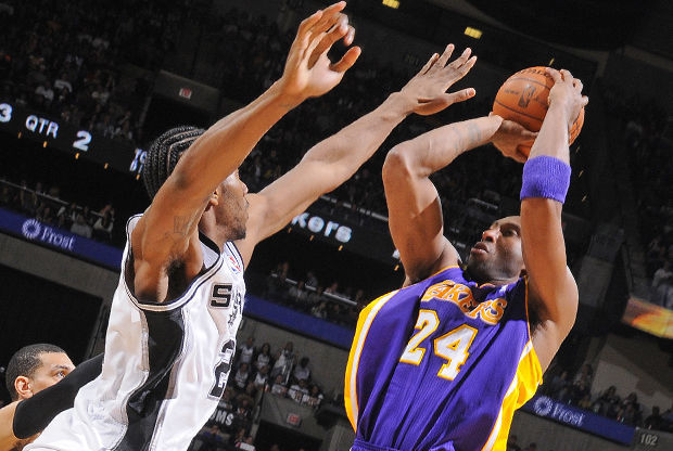 Kobe Bryant y Kawhi Leonard./ Getty Images