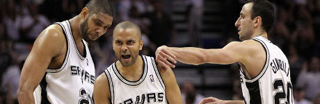Tony Parker #9 of the San Antonio Spurs reacts with Tim Duncan #21 y Manu Ginobili #20./ Getty Images