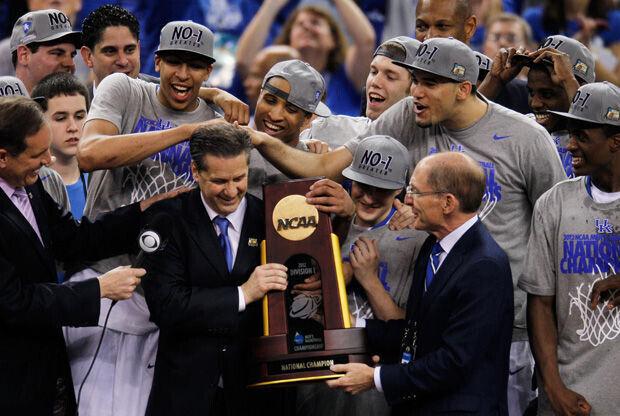 John Calipari, entrenador de Kentucky, recoge el trofeo de campeones 2012 de la NCAA./ Getty