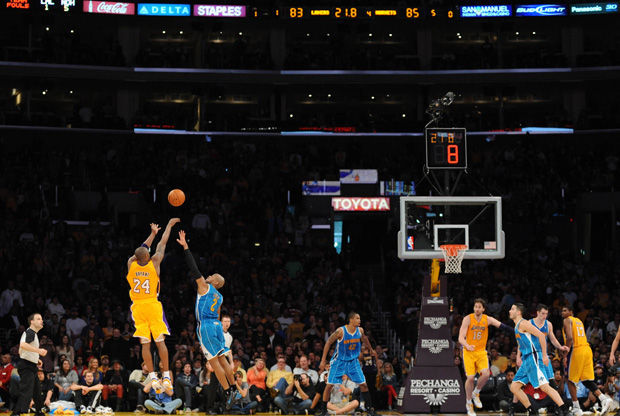 Kobe Bryant anota el triple ante NOLA a 20 segundos del final./ Getty