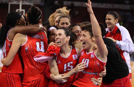 Elisa Aguilar y Anna Cruz, con el resto de compañeras, se abrazan tras meterse en la final continental./ FIBA Europe