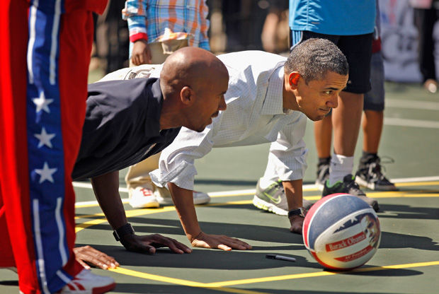 El presidente Obama y el ex jugador Bruce Bowen./ Getty