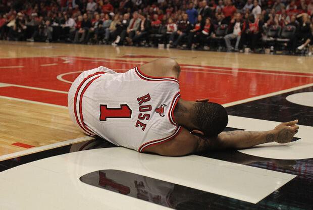 Derrick Rose, tendido en el parqué tras lesionarse la rodilla izquierda./ Getty