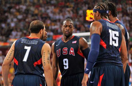 Dwyane Wade y un grupo de compañeros de la selección USA en Beijing 2008./ Getty