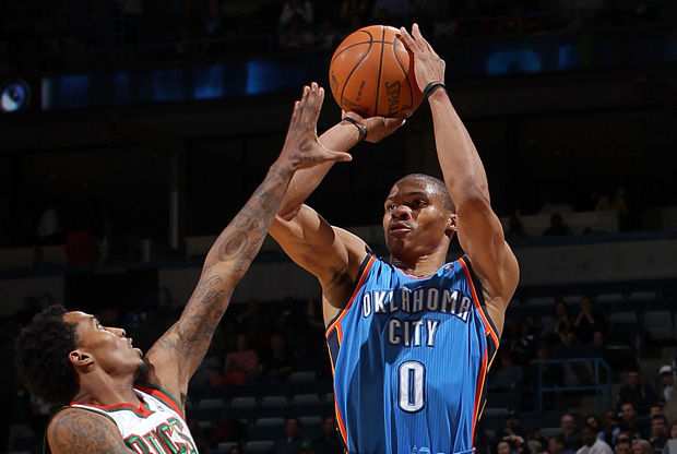 Russell Westbrook arma el tiro ante Brandon Jennings./ Getty
