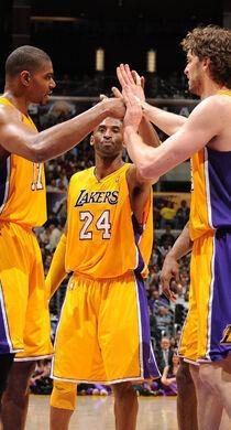 Andrew Bynum #17, Kobe Bryant #24 y Pau Gasol #16./ Getty Images