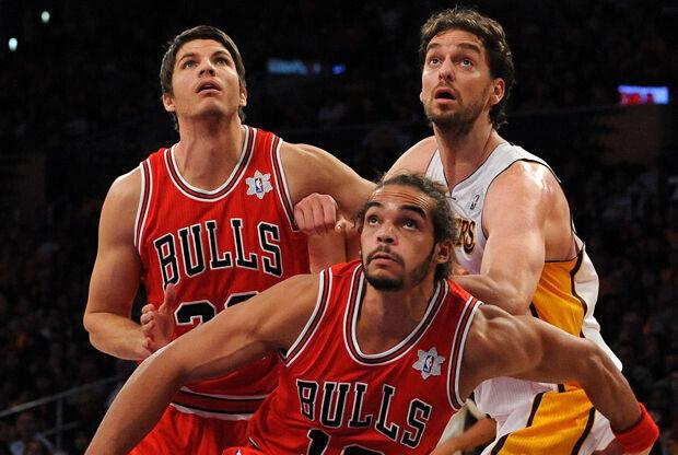 Pau Gasol, Joakim Noah y Kyle Korver./ Getty Images