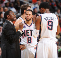 Avery Johnson con Deron Williams #8 y MarShon Brooks #9./ Getty Images