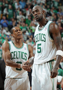 Kevin Garnett #5 y Rajon Rondo #9./ Getty Images