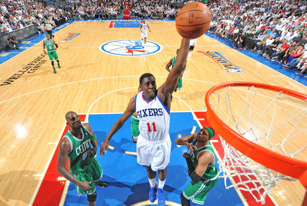 Jrue Holiday realiza un mate ante Kevin-Garnett y Paul-Pierce./ Getty