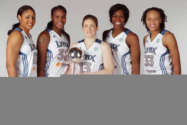 Maya Moore #23, Rebekkah Brunson #32, Lindsay Whalen #13, Taj McWilliams-Franklin #8 y Seimone Augustus #33 de Minnesota Lynx posan con el trofeo del pasado año./ Getty